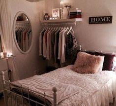Perfekt für ein kleineres Zimmer oder einen kleineren Schrank. Verwenden Sie ein schwebendes Regal mit einer Stange in ... #einen #kleineren #kleineres #perfekt #schrank #verwenden #zimmer