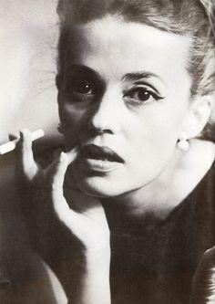 Jeanne Moreau by Dan Budnick, 1962 « La femme est passionnée, l'actrice est passionnante. Chaque fois que je l'imagine à distance, je ne la vois pas lisant un journal mais un livre, car Jeanne Moreau ne fait pas penser au flirt mais à l'amour » François Truffaut