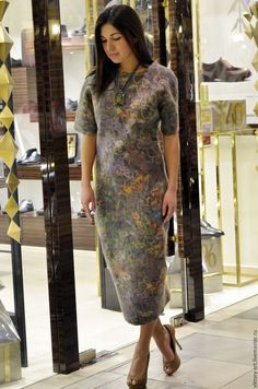 Купить или заказать Платье из валяной шерсти и дизайнерского шелка в интернет-магазине на Ярмарке Мастеров. Валяное платье из шерсти мериноса и дизайнерской итальянской ткани, красиво подчеркивает фигуру.