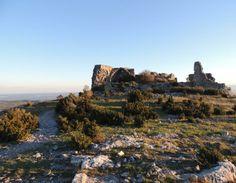 Le château d'Opoul est l'oeuvre du roi d'Aragon Jacques I°. Construit au 13°s, il surveille la frontière française alors située juste au N. Il subit d'ailleurs plusieurs attaques aux  16°s et 17°s. Du château lui-même il ne reste que des vestiges restreints. Par contre le site est exceptionnel: un plateau calcaire isolé de 4 hectares bordé de falaises. Au coeur d'un paysage, on a une vue exceptionnelle sur le château de Salses et le Méditerranée