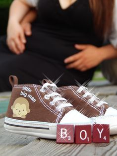 Gender reveal photo │ baby shoes, gender and parents in background