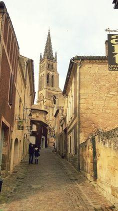 petite rue et clocher de st emilion