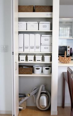 収納 リビング - Google 検索 Linen Storage, Storage Shelves, Storage Spaces, Locker Storage, Muji Home, Airing Cupboard, Linen Closet Organization, Room Planning, Shop Interiors