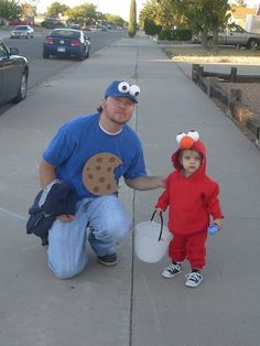 Awww.... Easy Elmo Costume!  Now, that's a good Daddy!