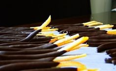 """Еще больше рецептов здесь https://plus.google.com/116534260894270112373/posts  """"Апельсиновые палочки в шоколаде""""  Ингредиенты: 3 апельсина с толстой кожурой 1 стакан сахара 1 стакан воды 200 гр темного шоколада  Приготовление: 1. Очистить апельсин от кожуры 2. Нарезать кожуру на длинные палочки 3. Вскипятить воду на огне, добавить палочки - держать их в кипяченной воде пару минут до мягкости и прозрачности 4. Достать их из воды и отложить, сверху щедро посыпать сахаром или обвалять с сахаре…"""