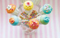 Cake Pops sind eigentlich ganz einfach und schnell gemacht. Alles, was ihr braucht, ist das Grundrezept - und genau dabei können wir euch helfen...