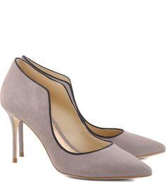 Nova roupagem para um clássico do closet feminino: o scarpin ganha recortes laterais que proporcionam ainda mais atitude ao sapato. Estes, tiram do básico qualquer look de alfaiataria e garante um to