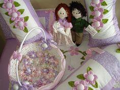 protetor de berço, cesta, lembrancinhas e trocador...casal bonecos pai e mãe para entrada da porta da casa.