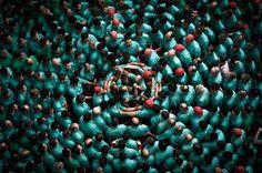 Männer in Tarragona bauen eine Menschenpyramide, wie sie in Katalonien traditionell bei zahlreichen Festen errichtet wird. Die Castellers genannten Teilnehmer steigen dabei jeweils auf die Schultern ihrer Unterleute, bis eine bestimmte Höhe erreicht ist