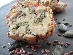 CRAQUANTS GRAINES 250g de farine 150g de beurre à température ambiante 1 oeuf 100g de parmesan 60g de bacon ou de lard en fines tranches 60g de graines de lin 60g de graines de courge poivre. La pâte doit avoir 1h de repos au frigo