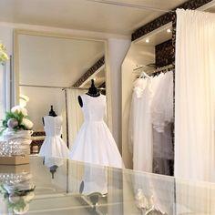 Schritt für Schritt zu ihrem Brautkleid  Sie haben in meinem Atelier die Möglichkeit Brautkleider von namenhaften Herstellern anzuprobieren oder sich Ihr Traumkleid nach Ihren Wünschen von mir entwerfen und anfertigen zu lassen.  So entsteht ein einzigartiges Lieblingskleid - so einzigartig wie die Trägerin selbst. One Shoulder Wedding Dress, Wedding Dresses, Fashion, Atelier, Unique, Bridal Gown, Bride Dresses, Moda, Bridal Wedding Dresses