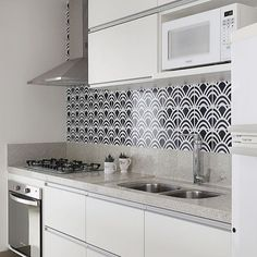 Cozinha com marcenaria branca e azulejos estampados. @casa2arquitetos  @mariana_orsi . Parabéns Mariana pelos 20k seguidores. #armariobranco #ladrilhohidraulico #azulejohidraulico #azulejos #azulejohidráulico #cozinha #cozinhas #kitchen #kitchens #cucina #kuche #sukalde #cuina #bueok #kookken #cocina #cuisine #kitchin #keuken #kouzina #cistin #kuchyne #kukhnya #cozinhaintegrada #cozinhagourmet #cozinhamoderna #decoracao #euteinspiro