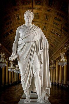 Statua di Napoleone nella  libreria di Versailles