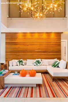 """""""Localizada em um condomínio de luxo, esta residência de traços modernos e amplos panos de vidro foi concebida para incentivar a interação dos moradores. Assim, living, cozinha, área gourmet e lazer ocupam um espaço único, cercado pelo verde e naturalmente iluminado. No projeto de interiores, apostei nos acabamentos neutros e em uma paleta natural e…"""