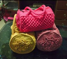 Crochet Handbags Round Bag FREE Crochet Pattern - This Mermoz Round Crochet Bag has been hugely popular on our site and you can find the fabulous Free Pattern in our post. Crochet Shell Stitch, Crochet Diy, Crochet Handbags, Crochet Purses, Knit Or Crochet, Crochet Crafts, Crochet Bags, Crochet Round, Crochet Vests