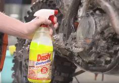 Ken je het schoonmaakmiddel Dasty. Dit schoonmaakmiddel dat verpakt is in een gele fles kost slechts twee euro bij de Wibra en heeft veel verschillende toepassingen. Niet voor niets verkoopt Wibra jaarlijks 4 miljoen flessen van