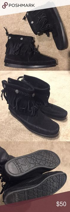 "NWOB Minnetonka Fringe Booties Authentic Minnetonka Moccasin. Tried on 1x on carpet. 0.5"" heel. Black leather Suede. Fits true to size. #coachella #summer Minnetonka Shoes Moccasins"