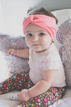 Coiffure petite fille : bandeau pour les cheveux noué en tissu rose corail