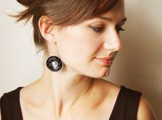 Schwarz mit Tau Ohrringe Geschenk unter 15 von Klyska auf Etsy, €10.00