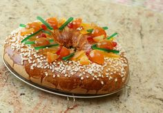 The king cake from Provence is different from the traditional king cake galette des rois. It's a brioche perfume with orange blossom and with confits fruits New Year's Food, Good Food, Yummy Food, Party Dishes, Rustic Cake, Portuguese Recipes, Portuguese Food, Mets, Christmas Baking