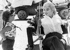 Marilyn Monroe & Montgomery Clift on the set of The Misfits The Misfits, Montgomery Clift, Classic Hollywood, Old Hollywood, Hollywood Glamour, Hollywood Stars, Foto Madrid, Norma Jeane, Actors