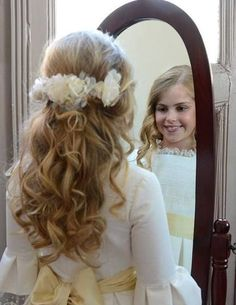 First communion hair ideas Flower Girl Hairstyles, Little Girl Hairstyles, Communion Hairstyles, Flower Crown Hairstyle, Hair And Beauty Salon, Communion Dresses, Bridal Updo, Wedding Hair And Makeup, First Communion