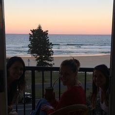 O colorido de Surfers Paradise Beach. O pôr do sol por aqui merece ser assistido. Melhor horário do dia para curtir um chimarrão com as amigas gaúchas. #travel #surfersParadise #sunset #Australia #aussielife #lifestyle #viajandonomundoenamoda #CarolPeloMundo #chimarrao #friends #gauchospelomundo