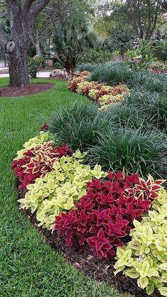 front garden Art Garden art in the neighborhood.Garden art in the neighborhood. Front Yard Garden Design, Front Garden Landscape, Garden Yard Ideas, Front Yard Landscaping, Lawn And Garden, Garden Art, Landscaping Tips, Front Yard Gardens, Outdoor Landscaping