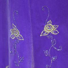 Ganz tolles außergewöhnliches Trachtenkostüm, bestehend aus einem langen und wunderschön weitem Glockenrock mit Goldstickerei, und dem dazu passenden Spenzer mit langen Ärmeln. Es ist aus lila...