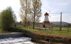 Le moulin à vent à côté du barrage