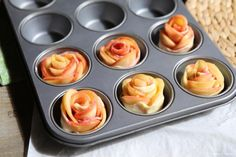 Les roses dans le moule à muffins Muffins, Deserts, Food Ideas, Couture, Crafts, Apple Cakes, Pies, Pink Cakes, Manualidades