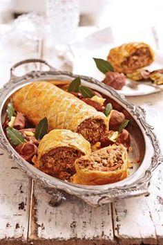 Hoenderpastei op 'n nuwe manier - hierdie is 'n 2 dae proses maar die moeite werd South African Dishes, South African Recipes, Kos, Ma Baker, Slow Cooker Breakfast, Good Food, Yummy Food, Healthy Food, Food Facts