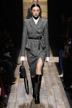 Michael Kors Collection Fall 2020 Ready-to-Wear Fashion Show - Vogue Michael Kors Looks, Michael Kors Fall, Michael Kors Style, Fashion 2020, New York Fashion, Runway Fashion, Fall Fashion, High Fashion, Fashion Ideas