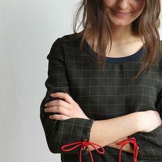 Bluse i uld med rib i halskant. Modellen er fra hæftet »Sweatshirts« af #sofiemeedom ✂️Stoffet er fra #stof2000 #stof2000noerrevold #hæfte #sweatshirts #snitmønster #mønsterark #forlagetvingefang