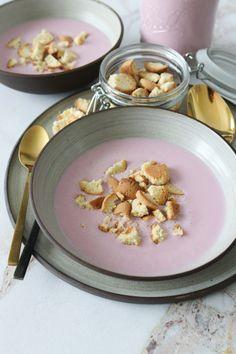 Hjemmelavet Koldskål Med Bær - Den Bedste Opskrift På Koldskål - Lækker hjemmelavet koldskål med bær! Den perfekte sommer spise til hele familien. Den kan nydes med kammerjunker, ristet havregryn eller friske bær ovenpå. Denne opskrift er uden æg og det er verdens bedste opskrift! #Koldskål #Dessert #Bær Cheat Meal, Panna Cotta, Picnic, Recipies, Snacks, Meals, Ethnic Recipes, Drink, Food
