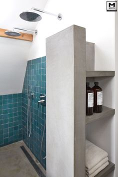 Door ons gemaakte betonlook badkamer met een mooie combi van betonstuc, hout en zeliges tegeltjes! www.molitli-interieurmakers.nl