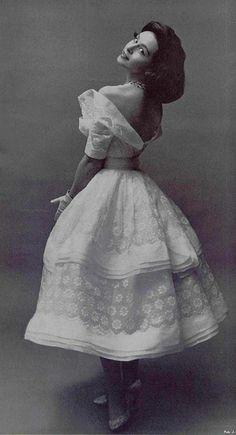 Carven, Dressmakers — Images and vintage original prints Vintage Beauty, Glamour Vintage, Vogue Vintage, 1950s Fashion, Vintage Fashion, Vintage Photography, Fashion Photography, Vintage Dresses, Vintage Outfits