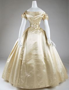 Victorian Wedding Dress Date: 1869 Culture: American Medium: silk Gift of Catharine M. 1800s Fashion, 19th Century Fashion, Victorian Fashion, Vintage Fashion, 18th Century, Vintage Gowns, Vintage Bridal, Vintage Outfits, Antique Clothing