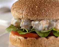 Não tem jeito toda criança adora hambúrguer, pelo menos a maioria, não é? Mas como já divulgamos aqui no blog outras vezes dá para fazer em casa receitas de hambúrguer mais saudáveis e com pouca gordura. Por isso, selecionamos para hoje esta receita de hambúrguer de frango enviada pra gente pela Wickbold (a marca de…