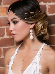 Wedding Hair Accessories This one of a kind handmade bridal headpiece is a unique and luxurious item. The cubic zirconia stones and glass pearls create a gorgeous bohemian look while the contrasting gold delicate chain ad - Unique handmade bridal Chain Headpiece, Boho Headpiece, Headpiece Jewelry, Headpiece Wedding, Bridal Headpieces, Unique Wedding Hairstyles, Bridal Hairstyles, Elegant Wedding Hair, Gold Wedding