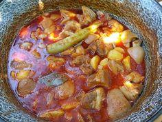 Mennyei Csülök-köröm paprikás bográcsban recept! Ez nem egy igazán könnyű étel, de ebből a tartalmas ételből jót lehet enni, a sok bőrtől ragacsos lesz, ezért isteni finom már aki szereti, én ezért teszek hozzá csülökhúst is, így mindenki talál magának valót, az elkészítése sem olyan, mint a szokásos pörkölt, ezt másképpen készítem. Native Foods, Hungarian Recipes, Goulash, Pot Roast, Chili, Sausage, Grilling, Vitamins, Bbq