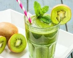 The Tummy Tox Strawberry Kiwi Green Smoothie: Get the fiber and potassium you need with this colorful smoothie recipe. Kiwi Smoothie, Fruit Smoothies, Smoothie Legume, Best Smoothie, Healthy Green Smoothies, Green Smoothie Recipes, Healthy Drinks, Healthy Recipes, Veggie Recipes