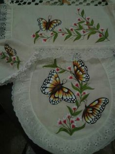 Mariposas Diy And Crafts, Fun Crafts, Butterfly Pillow, Fabric Paint Designs, Decoration Table, Fabric Painting, Pencil Drawings, Flower Art, Hand Embroidery