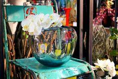 #Vaso argento con #orchdea bianca su sedia vintage.