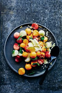 White chocolate, melon and mint fruit salad - YOU Magazine Melon Salad, Fruit Salad, Low Calorie Puddings, Orange Yogurt, Salad Recipes, Dessert Recipes, Under 300 Calories, Orange Recipes, New Cookbooks
