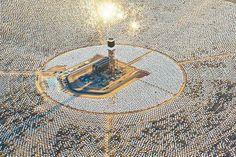 """""""A Ivanpah Solar Electric Generating System já está funcionando, e leva eletricidade solar para clientes na Califórnia. Em plena capacidade, as três torres com 140m de altura produzem um total bruto de 392 megawatts (MW) de energia solar. Isto é, eletricidade o bastante para 140 mil casas na Califórnia, que recebem energia limpa e evitam 400.000 toneladas métricas de CO2 por ano – o equivalente à remoção de 72 mil veículos da estrada."""""""