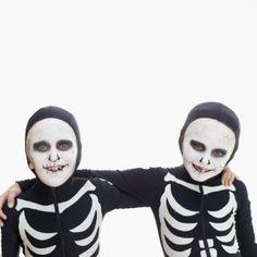 Esqueletos, encuentra más divertidas opciones en disfraces para este Halloween aquí http://www.1001consejos.com/disfraces-para-gemelos/