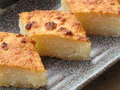 Bánh khoai mì Le manioc usuellement consommé est la tubercule-racine de la plante du même nom (appelée aussi Cassava) et qui donne une fécule appelée tapioca. J'adooooore les desserts au tapiocae...