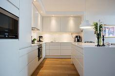 (via Gau Paris) New Kitchen, Kitchen Dining, Kitchen Cabinets, Interior Design Kitchen, Room Interior, Kitchen Stories, Scandinavian Kitchen, Cuisines Design, Home Kitchens