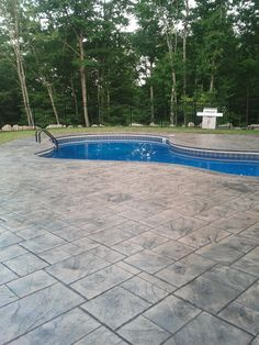 Stamped concrete pool deck, Grand Ashlar slate pattern, Sandstone and charcoal accent. Seamless Slate border, colored with Taupe and a Charcoal accent. Pool Paving, Swimming Pool Landscaping, Small Backyard Pools, Concrete Pool, Swimming Pool Designs, Pool Decks, Backyard Patio, Outdoor Pool, Stamped Concrete